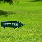 Golf - Hinweisschild zum nchsten Tee